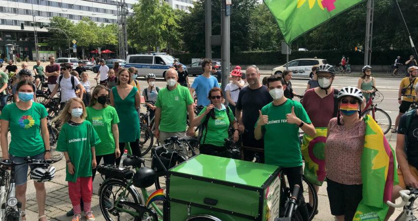 Bild zeigt Mitgleider von B90/Die Grünen bei einer Raddemo.